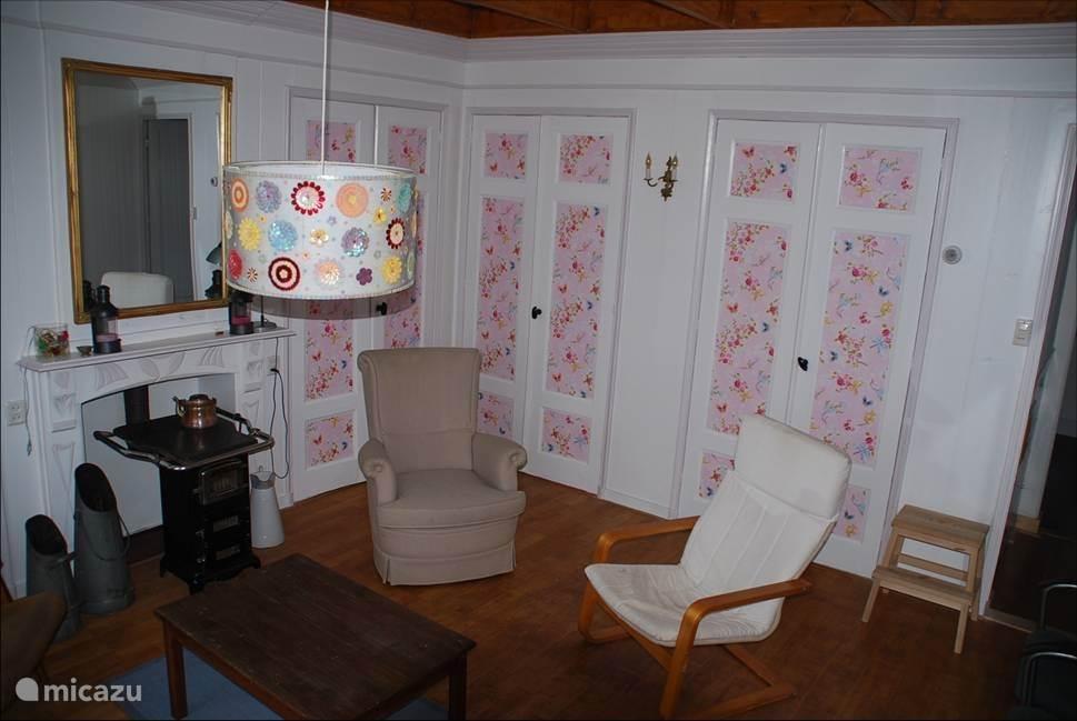woonkamer met achter de kastdeur de bedstee
