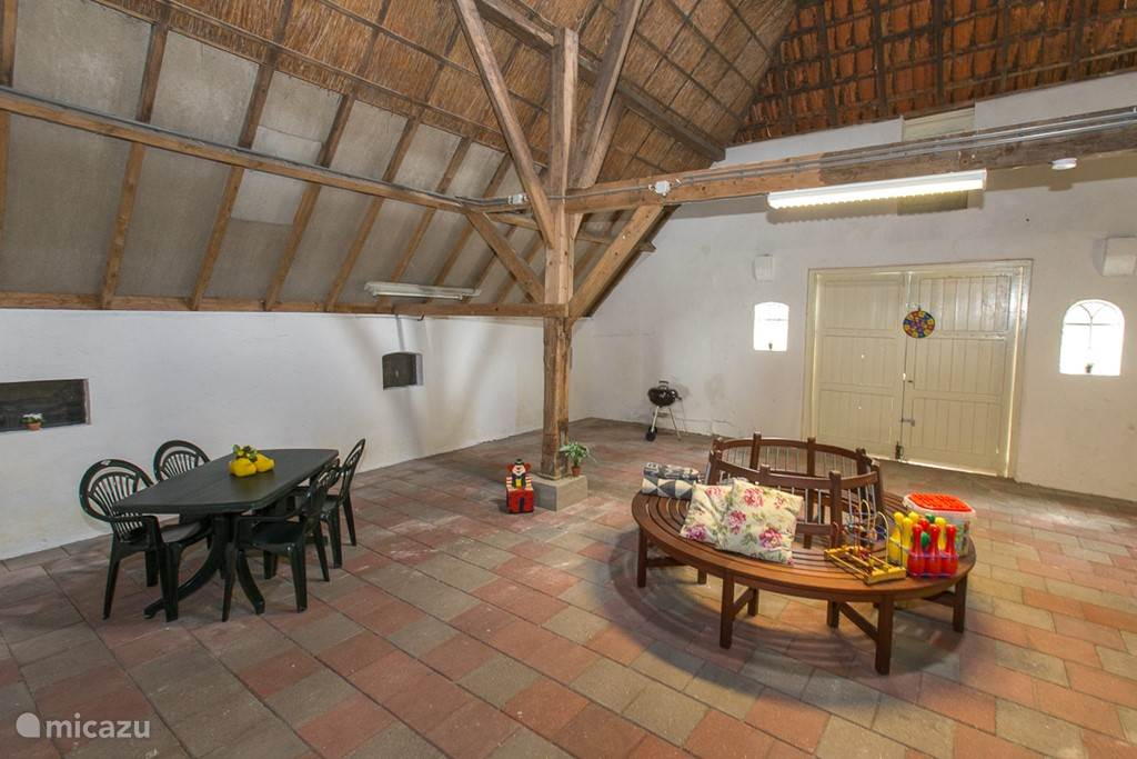 De deel, dit bevindt zich in de achterzijde van de boerderij. Via de deel loopt u door naar het voorhuis waar de accommodaties zich bevindt.