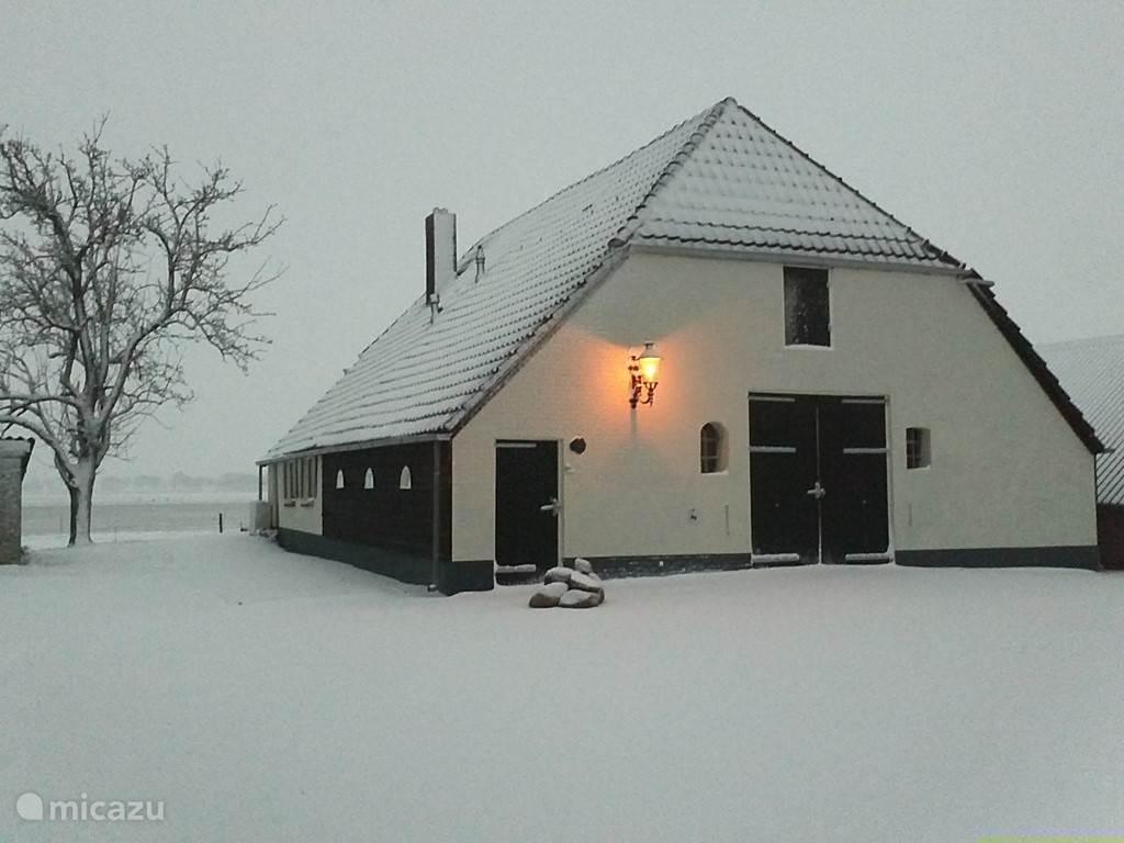 Het achterhuis in de sneeuw.