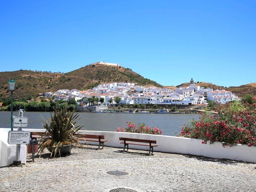 Sanlucar aan de Guadiana gezien vanaf Alcoutim