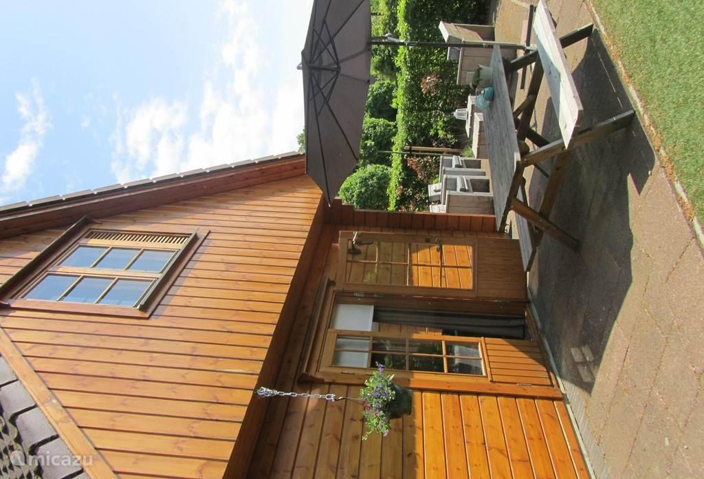 Chalet Oslo ligt prachtig gelegen aan de bosrand.Er is veel rust en ruimte.We hebben diverse zitjes rondom het huis waar u heerlijk kunt genieten. Er is een groot grasveld met glijbaan en schommel onder de carport. Leuk voor de kinderen! En op maar 1,5 km ligt het gezellige centrum van Winterswijk!