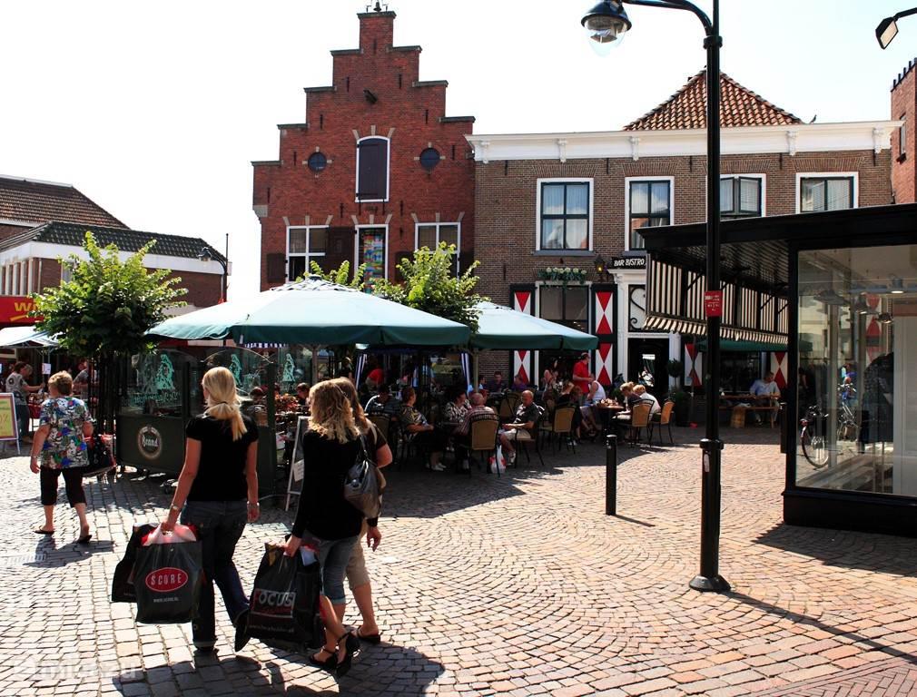 Dit hier is de Nachtwacht. Dit is ook een van de mooie terrassen aan de winkelstraat. Winterswijk heeft veel te bieden aan winkels. Er zijn ook veel bekende ketens maar ook veel mooie kledingwinkels zoals de Duif en schoenenzaak Oxener. In de Meddosestraat hebben ze ook leuke apparte winkeltjes...