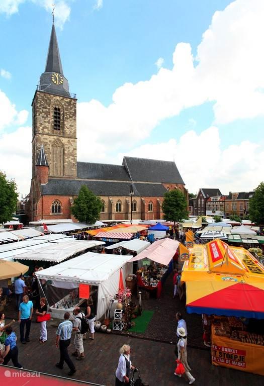 Wist u dat Winterswijk in 2013 is uitgeroepen tot beste Markt van Nederland? Even een visje eten of lekker Turks stokbrood met diverse tappenade's en allerlei olijven voor bijvoorbeeld op het terras bij de Chalet. Rondom de markt zijn veel restaurants en heerlijke terrasjes. IJssalon Talamini...mmmm