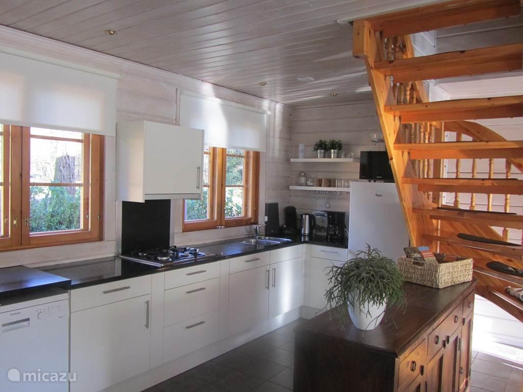 De keuken is van alle gemakken voorzien. Koel/vriescombinatie, Senseo, koffiezetapparaat, waterkoker en een combimagnetron. Het uitzicht vanuit de keuken is prachtig...