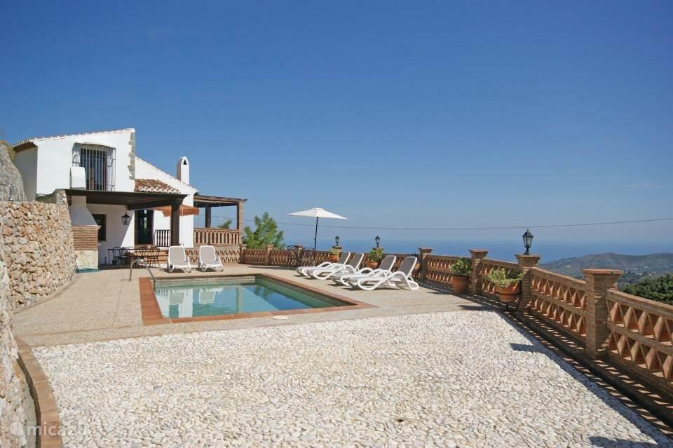 Het royale terras met privé zwembad.