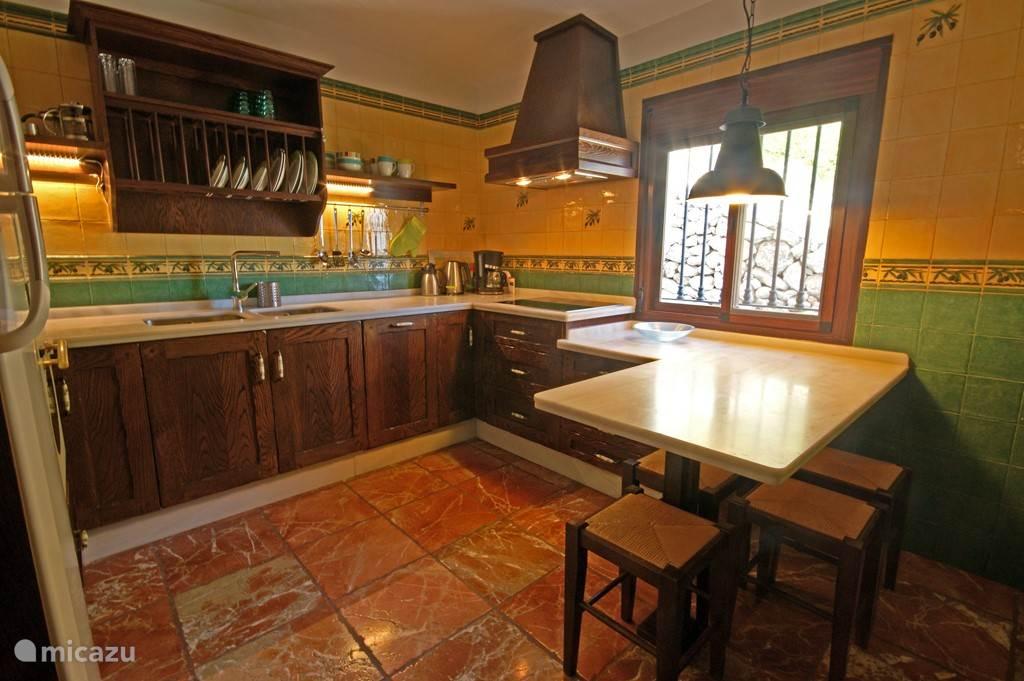 Sfeervolle en zeer compleet ingerichte keuken. Voorzien van grote koel-vriescombinatie, oven, magnetron, vaatwasser inductie kookplaat.
