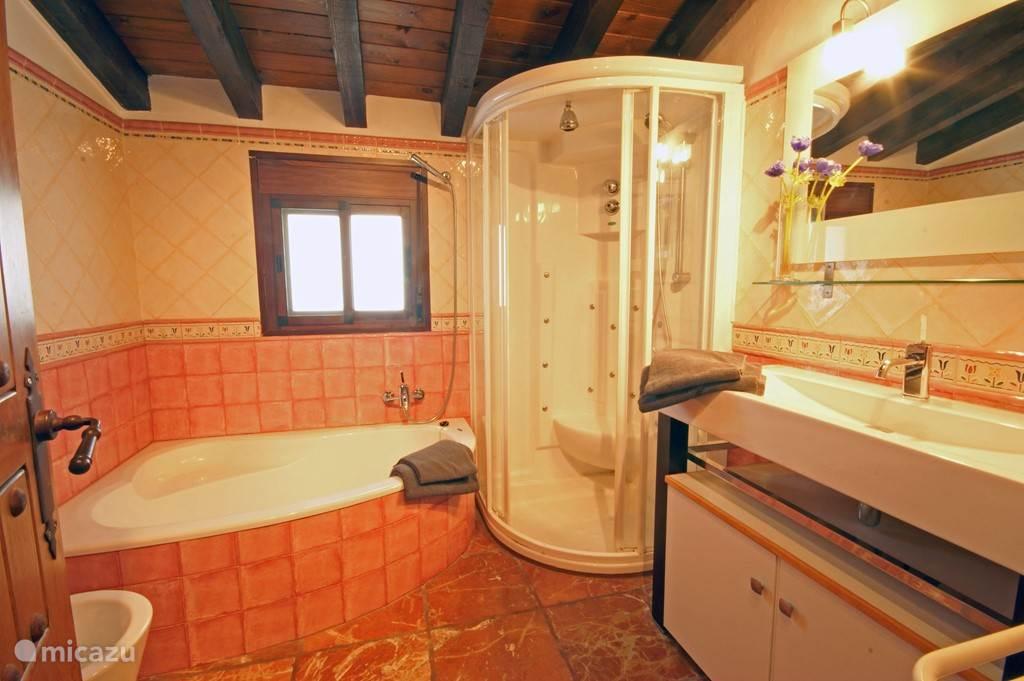 Badkamer eerste etage, met hoekbad en comfortabele douche.