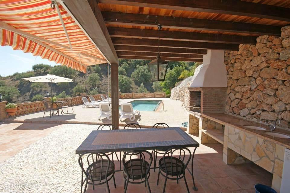 Ook een overdekte buitenkeuken met hout gestookte BBQ maken uw vakantie compleet.
