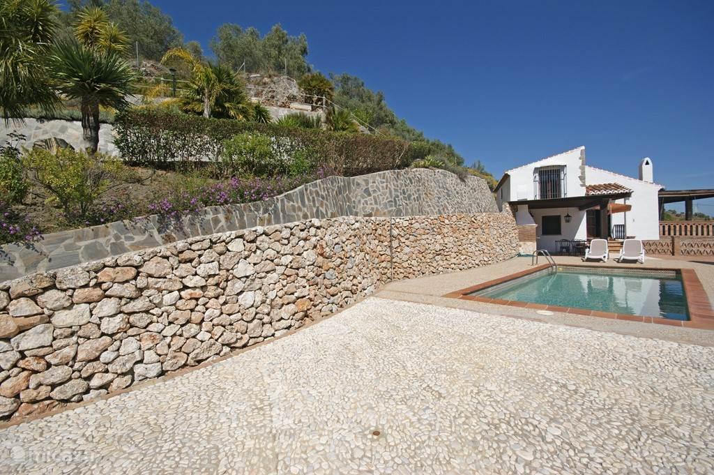 Royale omheinde privé tuin van circa 4000m2 met diverse terrassen en adembenemende uitzichten op de vallei en zee.