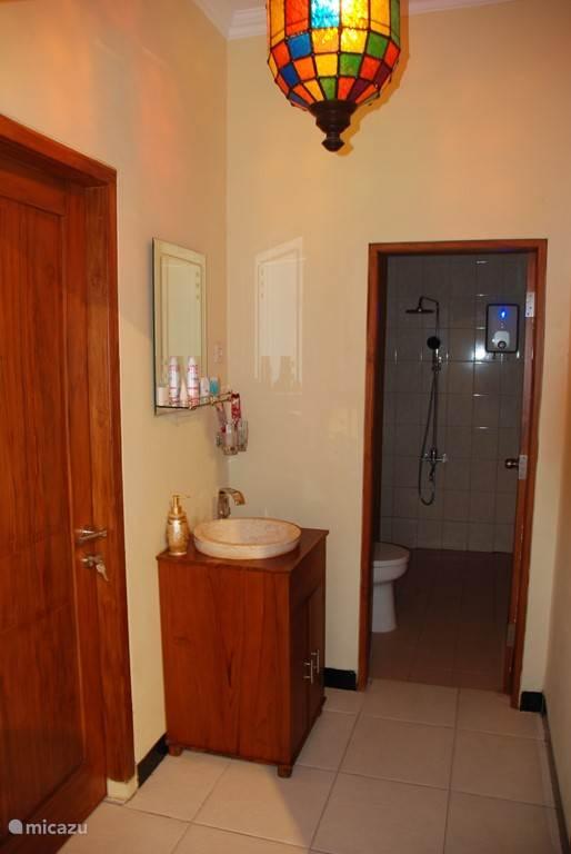 badkamer met toiletspullen