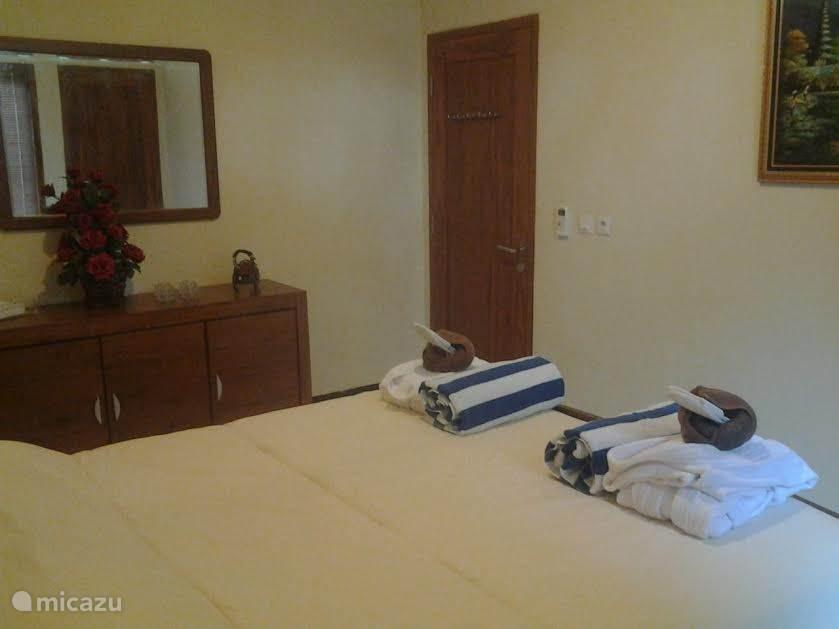 mooi, ruime, schone slaapkamer met badjas, strandlakens en voldoende handdoeken