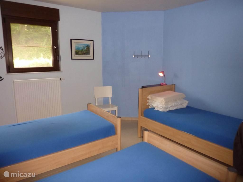 Slaapkamer I op het gelijkvloers met 3 bedden, Voorzien  van een kleerkast en lavabo