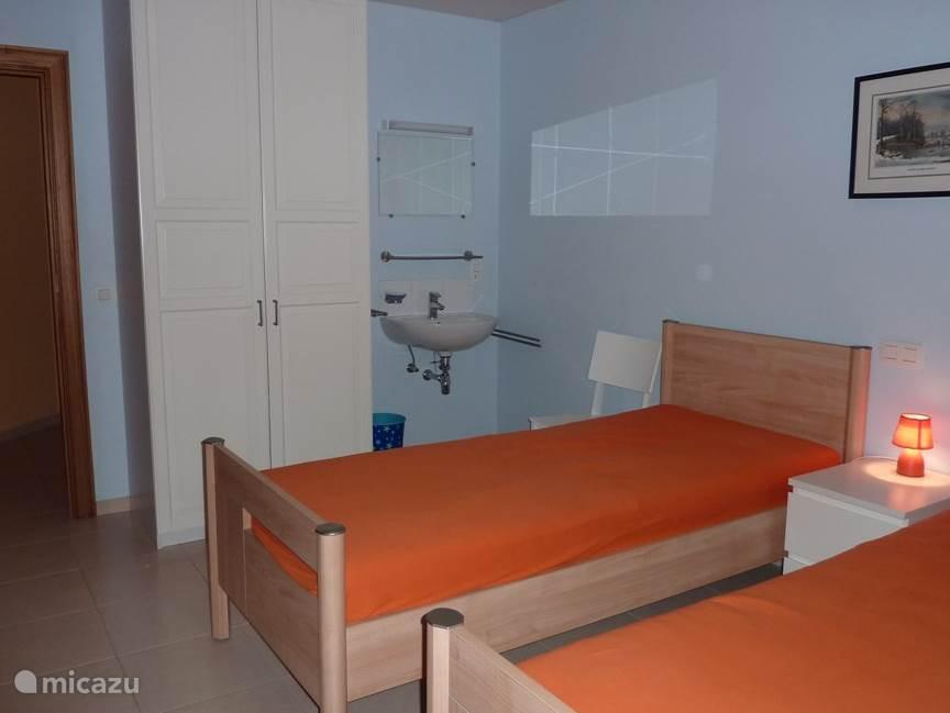 Slaapkamer  II met 4 bedden en springboxmatrassen waarvan één stapelbed. Voorzien van een kleerkast en een lavabo.