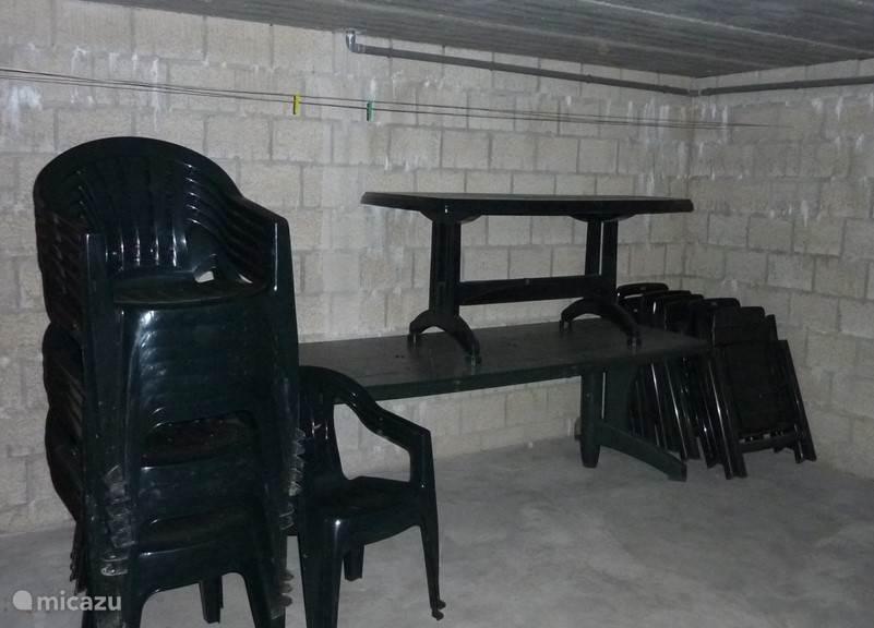 Voldoende tuinstoelen  en zetels  en twee tuintafels