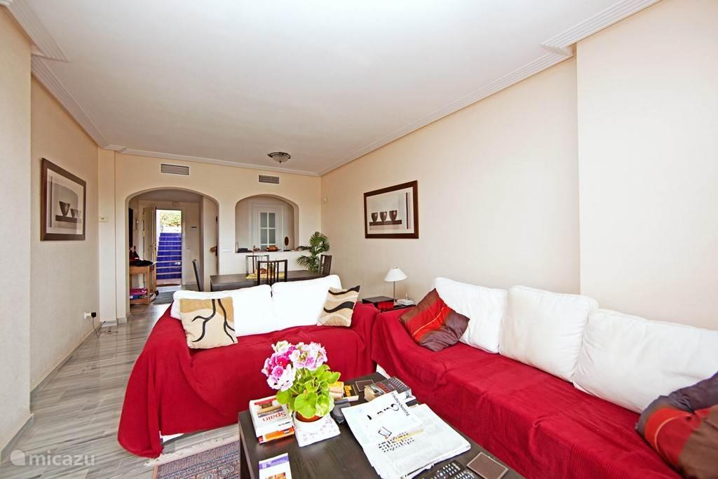 De comfortabele woonkamer