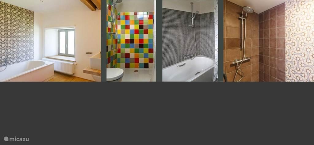4 badkamers met elk een toilet, wasbak en douche, bad of bubbelbad.