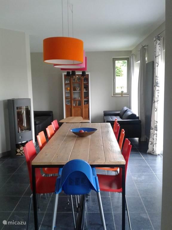 Ruime eetkamer en living, met toegang tot het terras en de tuin.