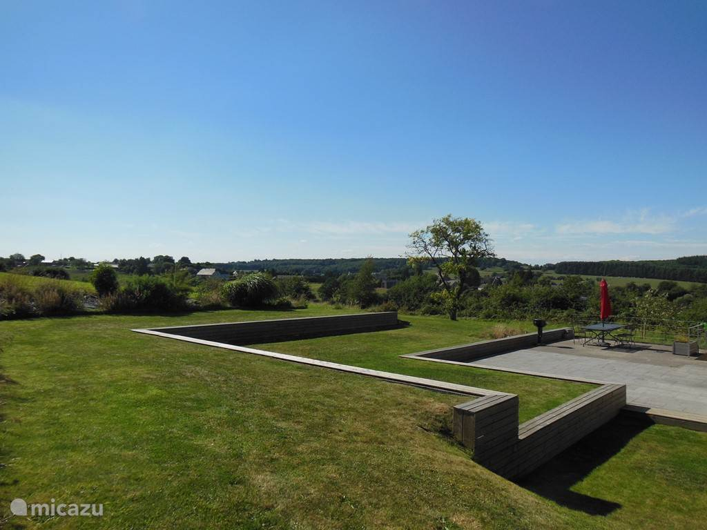 Grote tuin, aangelegd in terrassen met speelwei en prachtig uitzicht.