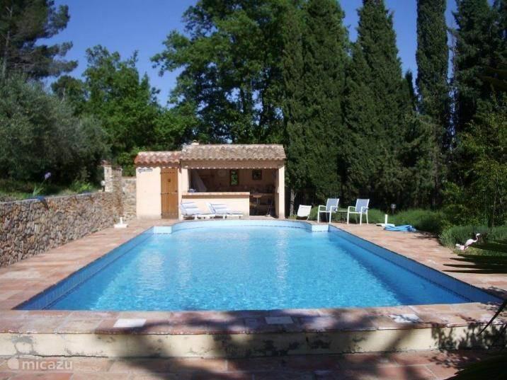 Beschermd gelegen zwembad 5x13m met zoutwater en automatische systeem voor regeling pH-waarde. Omheind door een fraai onopvallend hek. Zomerkeuken met bbq, koelkast, badkamer met douche en toilet, buitendouche. Ruime terrassen.
