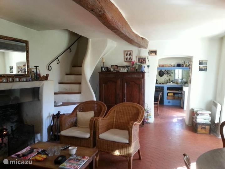 Deel van de woonkamer met openhaard