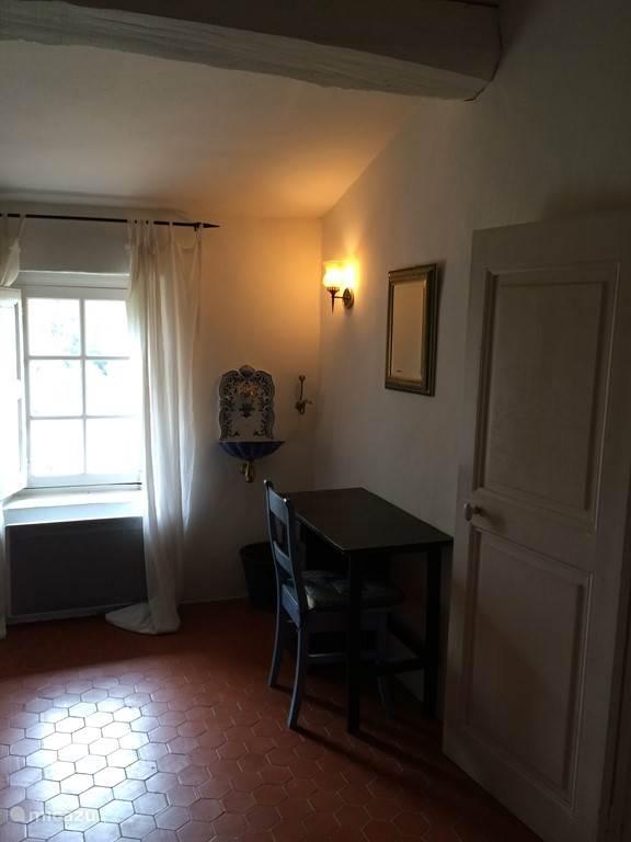 Slaapkamer 2 - foto 2 - toilettafel en fonteintje