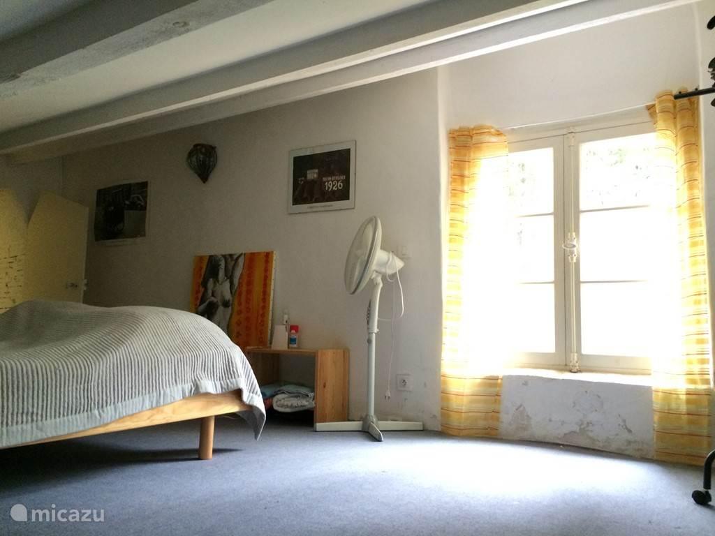 Zolderslaapkamer op 2e verdieping met 2 x 2-persoonsbed
