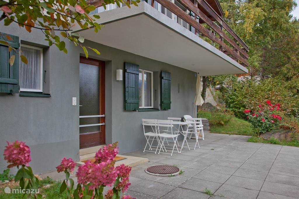 Dit is de benedenwoning met privé terras van 30 m2. Lekker buiten eten.