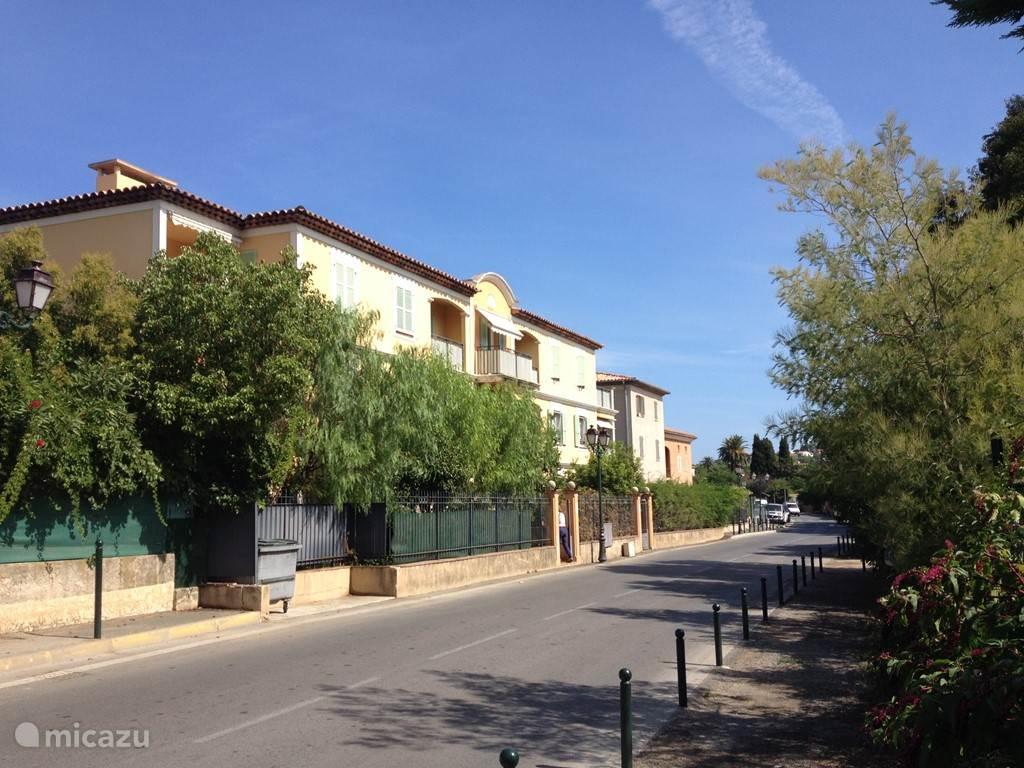 Voorkant van het appartement-gebouw aan de Route des Carles. Deze weg gaat rechtstreeks naar de Route des Plages  en naar Pampelonne.