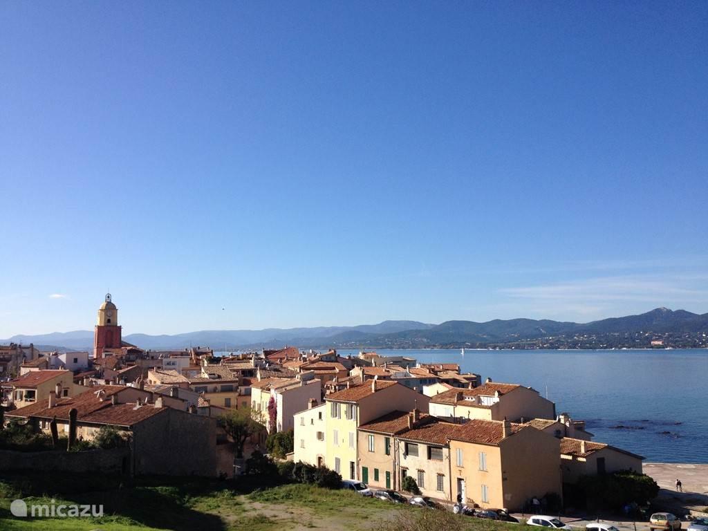 Saint Tropez gezien vanuit de citadel met de baai.