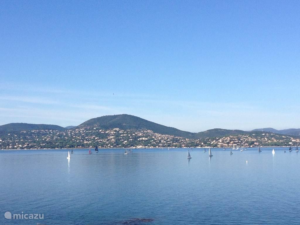 Baai van Saint Tropez gezien vanuit het dorp met aan de overkant Saint Maxime.