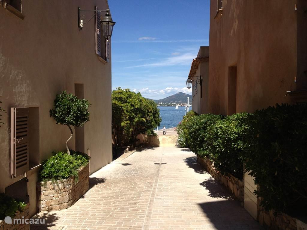 Een van de straatjes in de oude kern ( La Ponche) van het dorp.