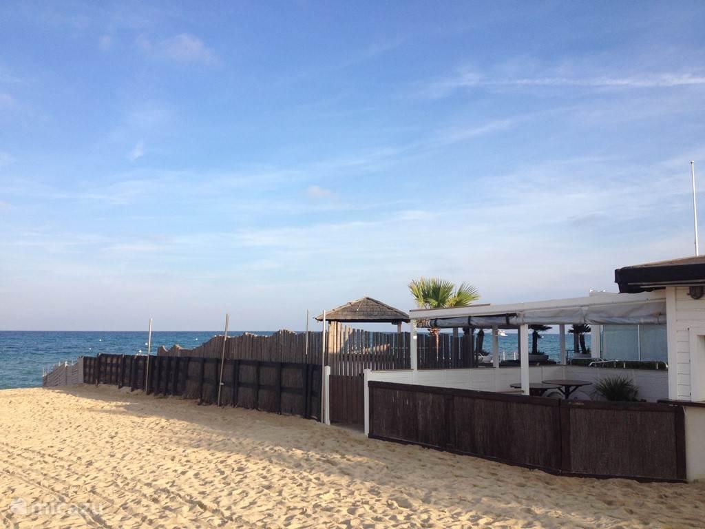 Een van de strandpaviljoens op Plage de Pampelonne.
