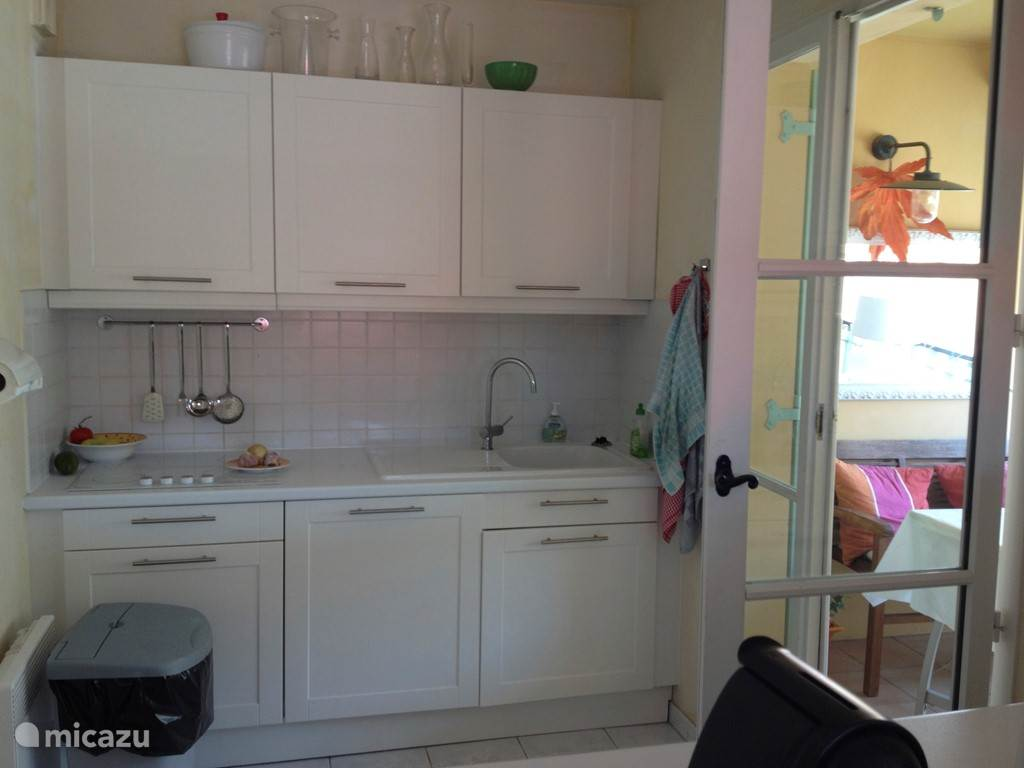 Keuken met toegang naar het overdekt terras.