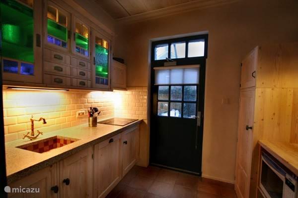 De compacte keuken met uitgebreide inventaris.