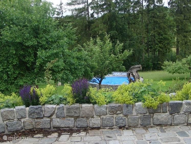 Heerlijk zwemmen,en u hoeft het terrein niet af ! het zwembad is 6.10 mtr doorsnee en geeft waterplezier voor jong en oud