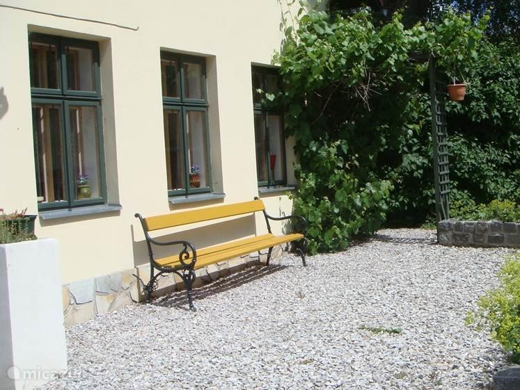 Genieten voor het huis,op de tuinbank. Odolov heeft de meeste zonuren van de omgeving.Odolov is het enige bergdorp in de buurt.
