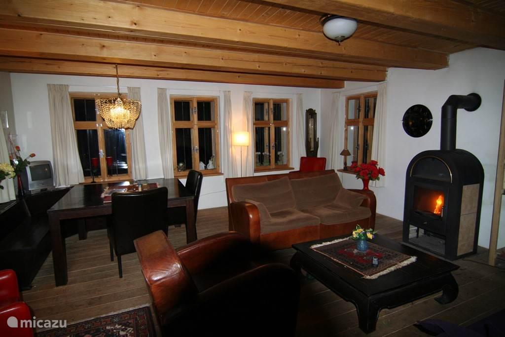 De luxe woonkamer is gezellig.Tv,dvd's bibliotheek,voor ieder wat wils.