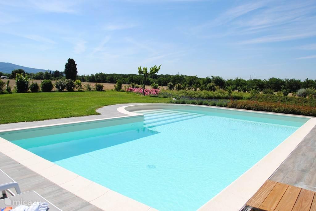 Het zwembad met fraai aangelegde tuin.