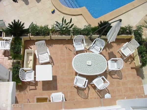 ruim bebloemd terras met zicht op zee langs ons groot verwarmd zwembad