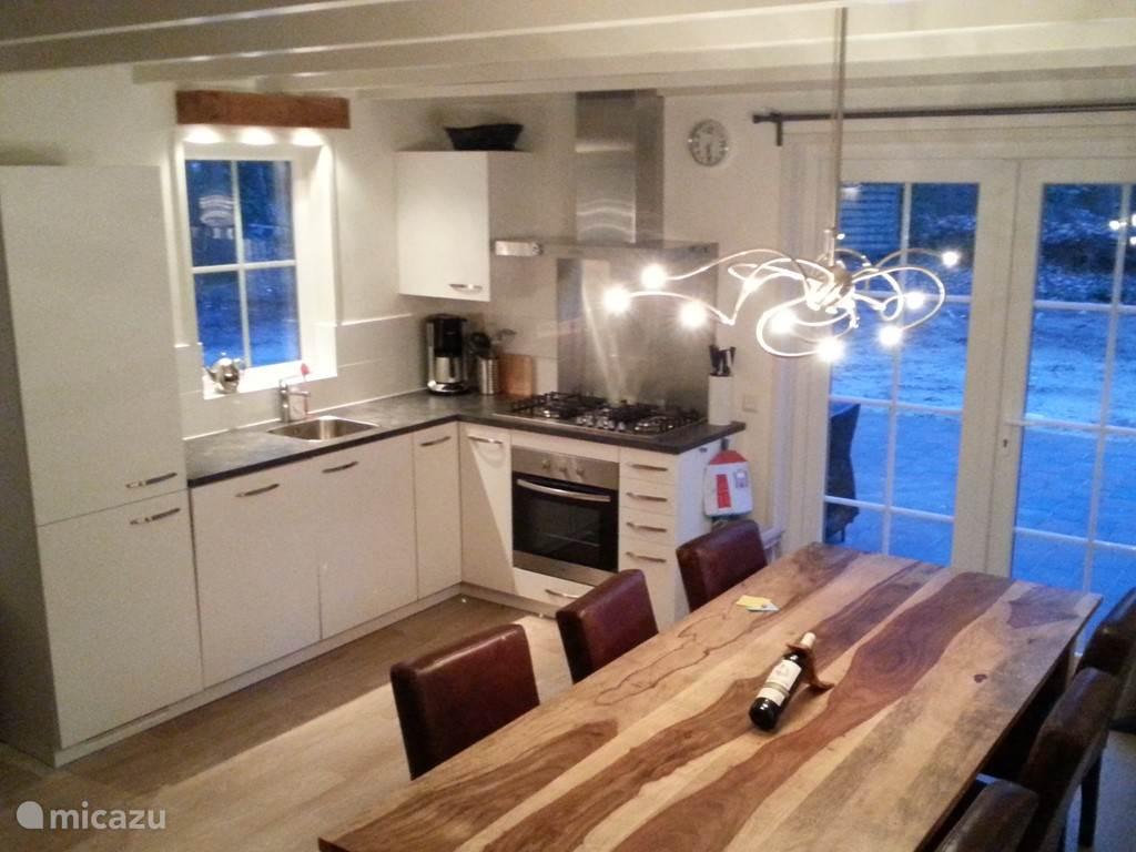 Keuken en keukentafel bij de openslaande deuren naar het terras.
