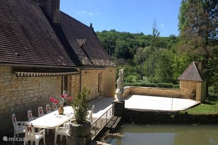 Vakantiehuis les acacias in veyrignac dordogne frankrijk huren - Zwembad onder het terras ...