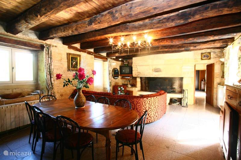 Grote woonkamer met originele open haard.