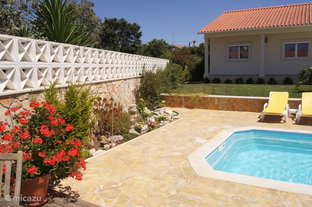 Tuin rondom het huis, drie terrassen achter.