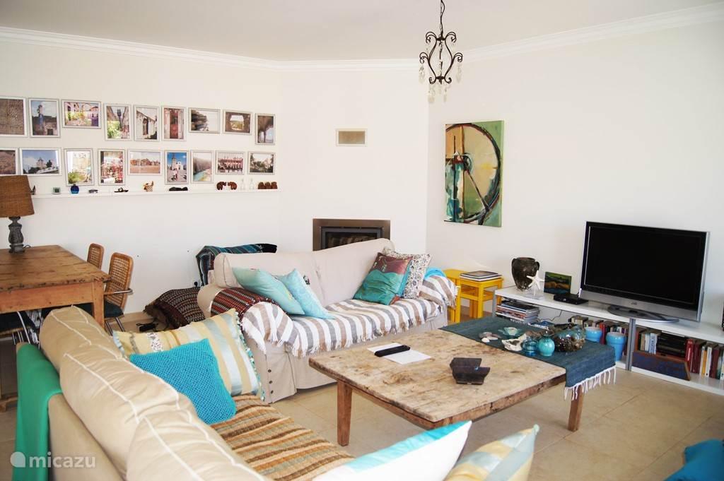 ruime gezellige woonkamer met open haard