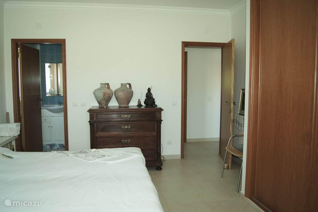 slaapkamer 1. met aangrenzende badkamer en toilet