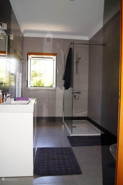 grote badkamer inloopdouche en toilet