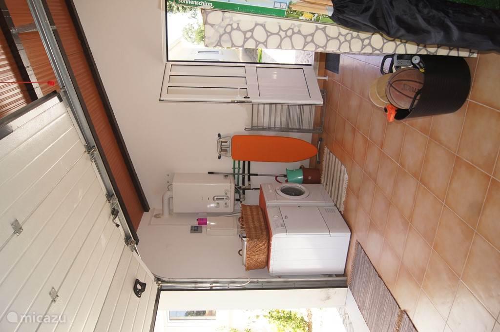 Garage met wasmachine, strijkplank, parasol, windscherm voor strand etc.