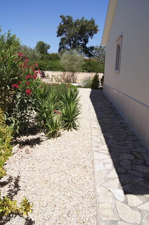 Zijkant huis en tuin
