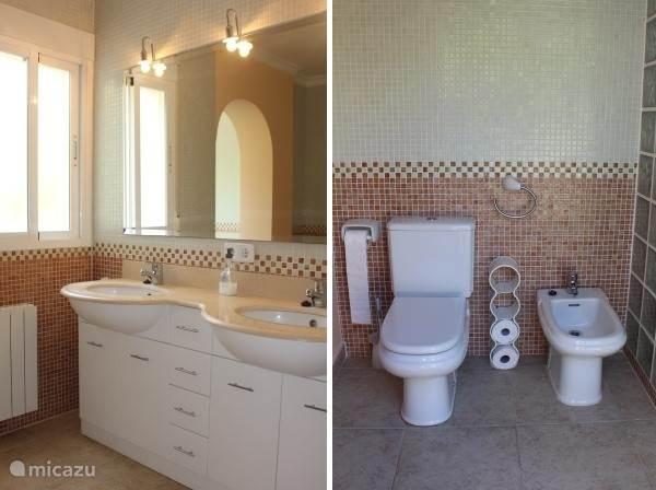 Dubbele wastafel en toilet met bidet....