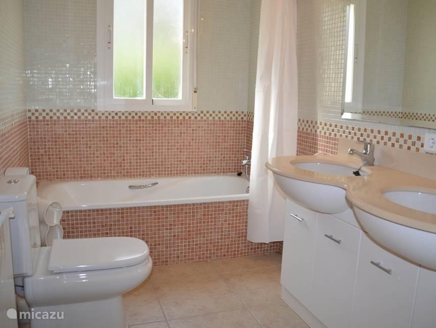 2e badkamer met bad/douchecombinatie, toilet en dubbele wastafel